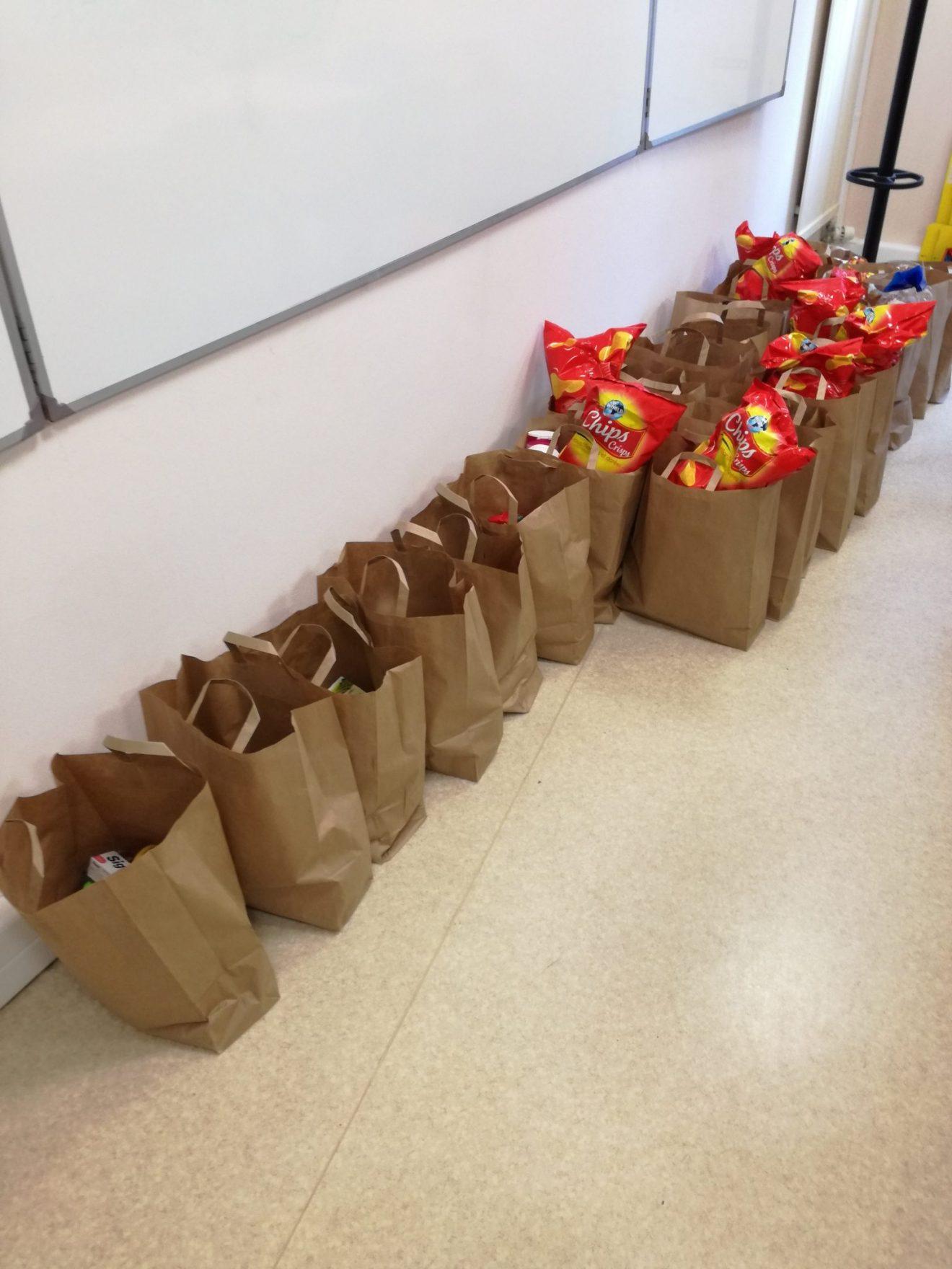 Servir son prochain en distribuant des colis alimentaires à l'Escale étudiante